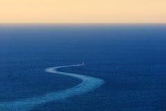 Rastro de la nave en el mar Foto de archivo libre de regalías