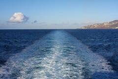 Rastro de la nave en el océano en la madrugada Imagenes de archivo