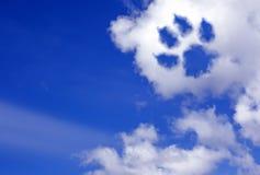 Rastro de la pata del perro en las nubes del cielo Foto de archivo