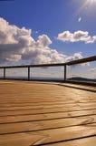 Rastro de madera y cielo azul Imagenes de archivo