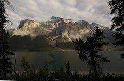 Rastro de Minnewanka del lago Imágenes de archivo libres de regalías