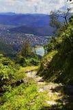 Rastro de montaña en Himalaya en día soleado Pokhara, Nepal imagenes de archivo