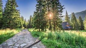 Rastro de montaña hermoso que lleva a un pequeño pueblo, Polonia Imagen de archivo