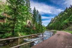 Rastro de montaña por el río en la salida del sol en las montañas de Tatras Imagen de archivo libre de regalías