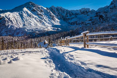 Rastro de montaña que lleva al refugio en invierno Fotos de archivo libres de regalías
