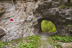 Rastro de montaña a través del túnel Imagenes de archivo