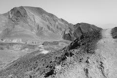Rastro de montañas del desierto de la piedra de B&W Fotos de archivo