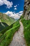 Rastro de montañas que lleva el top en el día soleado Fotos de archivo