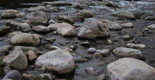 Rastro de piedra a partir de una orilla del río a otra foto de archivo libre de regalías