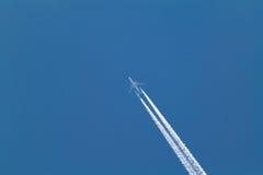Rastro del aeroplano en el cielo Fotos de archivo libres de regalías