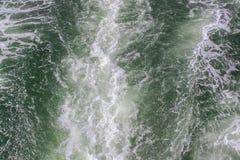 Rastro del agua formado por los motores potentes del transbordador de la velocidad Arr?strese en superficie del mar detr?s de los imagen de archivo libre de regalías