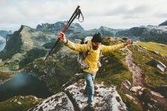 Rastro del aventurero del hombre que corre en montañas de Noruega imagenes de archivo