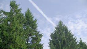 Rastro del avión en el cielo almacen de metraje de vídeo