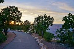 Rastro del borde del parque nacional de Arizona Grand Canyon en la puesta del sol Foto de archivo libre de regalías