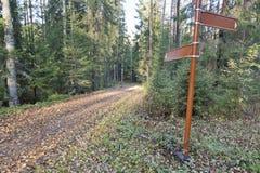 Rastro del bosque con la señal de dirección Foto de archivo