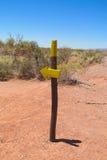 Rastro del desierto y muestra de la flecha de la dirección Imagen de archivo libre de regalías
