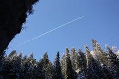 Rastro del vapor a través de las dolomías nevosas Imagenes de archivo