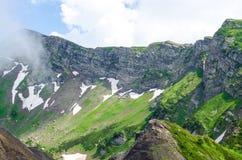 Rastro en el primer del paisaje de la montaña Foto de archivo