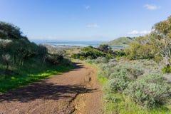 Rastro en la reserva de Don Edwards, el puente y el parque regional en el fondo, Fremont, San Francisco de Dumbarton de las colin imagenes de archivo