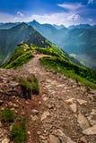 Rastro en las montañas en el día soleado Foto de archivo libre de regalías