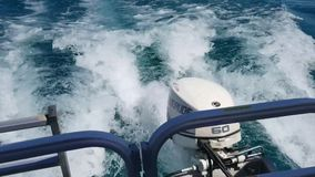 Rastro en superficie del agua detrás del barco de motor metrajes