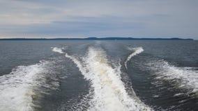 Rastro espumoso en la agua de mar de los barcos de motor almacen de video