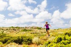 Rastro feliz de la mujer que corre en paisaje inspirado de la montaña fotos de archivo