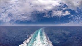 Rastro o rastro del barco de cruceros en superficie del mar con las nubes en el cielo metrajes