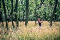 Rastro que funciona con a la mujer atlética en el bosque verde, inspiración de los deportes fotografía de archivo libre de regalías