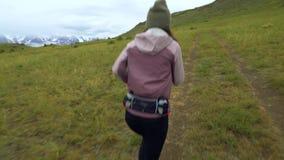 Rastro que funciona con a mujeres jovenes en funcionamiento del campo a través Corredores de la muchacha que entrenan a activar a metrajes
