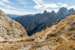 Rastro a través de las montañas Fotografía de archivo