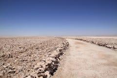 Rastro a través de Salar de Atacama, Chile Foto de archivo