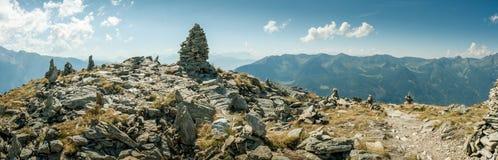 Rastro a través de una meseta de la montaña rocosa Fotos de archivo libres de regalías