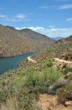Rastro y lago de Apache fotos de archivo