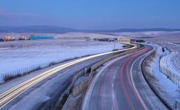 Rastros amarillos y rojos de los coches en la carretera Fotos de archivo libres de regalías