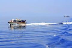 Rastros azules de las naves del mar Imagenes de archivo