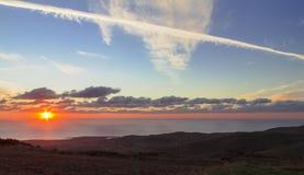 """Rastros de Chem†""""en puesta del sol Imagen de archivo"""