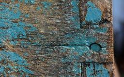 Rastros de color azul en un tablero de madera y un clavo imágenes de archivo libres de regalías