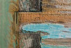 Rastros de color azul y anaranjado en un tablero de madera imágenes de archivo libres de regalías