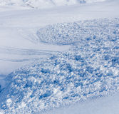 Rastros de esquiadores que vienen hacia fuera el cono de la avalancha Fotografía de archivo