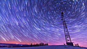 Rastros de estrellas contra el cielo nocturno, exposición larga del tiro