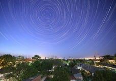 Rastros de estrellas en cielo nocturno Foto de archivo