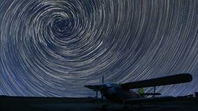 rastros de la estrella del espiral 4K sobre pequeño aeropuerto almacen de video