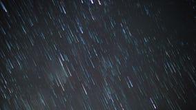 Rastros de la estrella en cielo nocturno metrajes