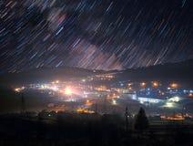 Rastros de la estrella sobre ciudad de la montaña Imágenes de archivo libres de regalías