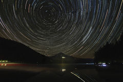 Rastros de la estrella sobre la capilla del soporte en el lago Trillium Fotos de archivo libres de regalías