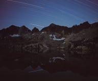 Rastros de la estrella sobre las montañas Imágenes de archivo libres de regalías