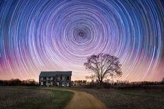 Rastros de la estrella sobre una casa abandonada de la granja Imagen de archivo