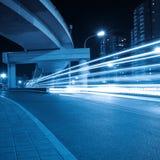 Rastros de la luz bajo el viaducto fotos de archivo