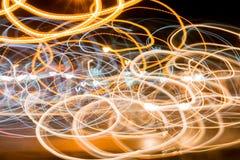 Rastros de la luz contra fondo oscuro en el camino Imagen de archivo